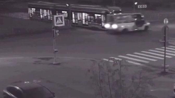 Момент столкновения маршрутки и трамвая в Петербурге попал на видео
