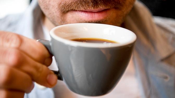 Врач рассказал, почему осенью опасно пить кофе