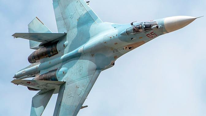 Истребитель Су-27 встретил американский бомбардировщик у границ России
