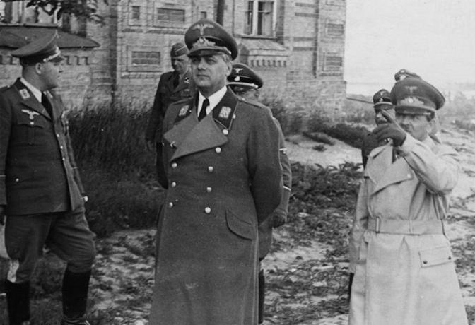 Рейхсляйтер Розенберг и Альфред Кох (справа) в захваченном Киеве
