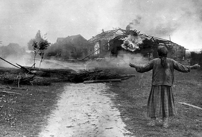 Женщина у сожженного дома во время фашистской оккупации. Западная Украина