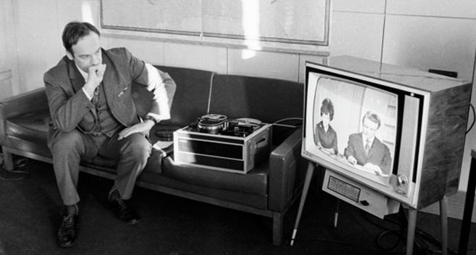 Главный режиссер отдела дикторов Центрального телевидения Игорь Кириллов следит за работой дикторов по монитору