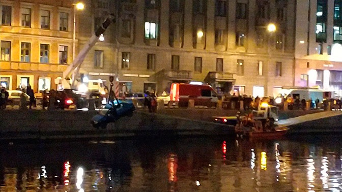 В реку Фонтанку в Петербурге упал автомобиль с детьми