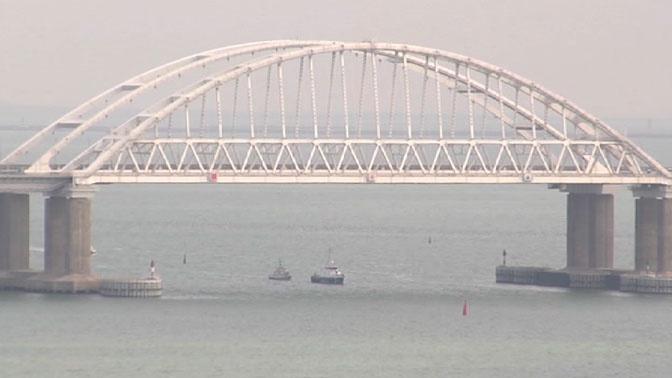 Опубликованы кадры прохода украинских катеров под Крымским мостом