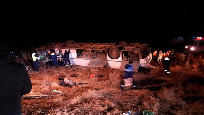 В Казахстане опрокинулся автобус с десятками пассажиров