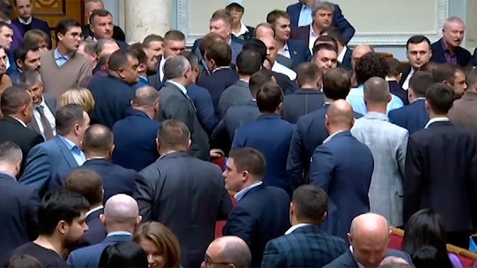Битва в парламенте: депутаты Рады сошлись в рукопашной из-за женщины