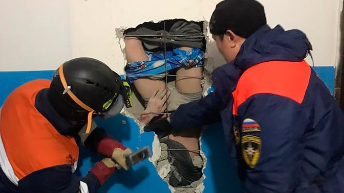 В Якутске мужчина пролетел 10 этажей по шахте, пытаясь спасти валенки: видео