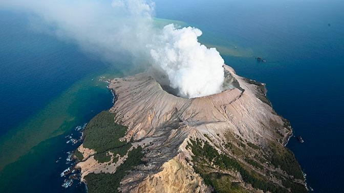 Извержение вулкана в Новой Зеландии попало на видео