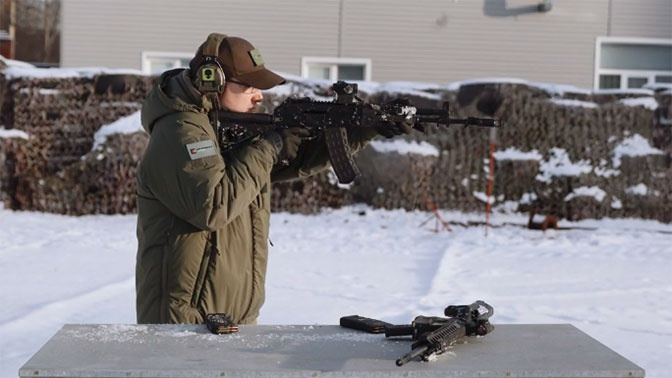 Новейший АК-12 сравнили с карабином М4 в «боевых условиях»