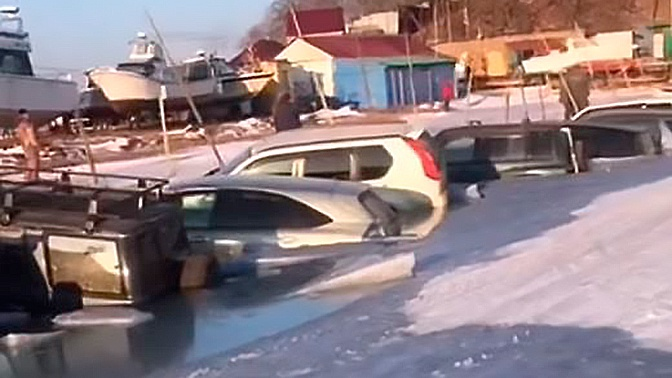 В РФ  30 машин ушли под лед