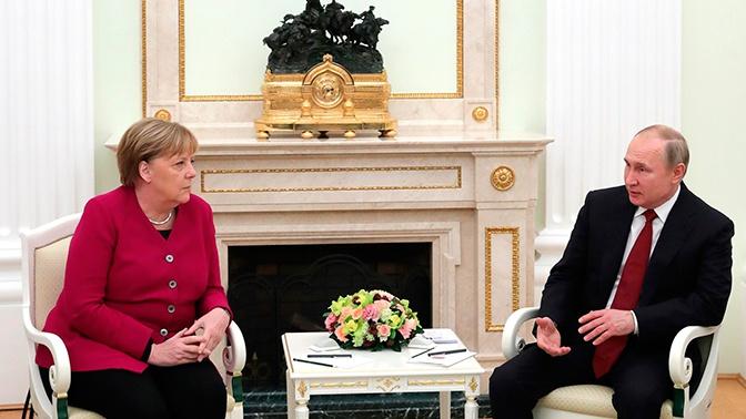 Путин обсудил с Меркель московскую встречу по Ливии