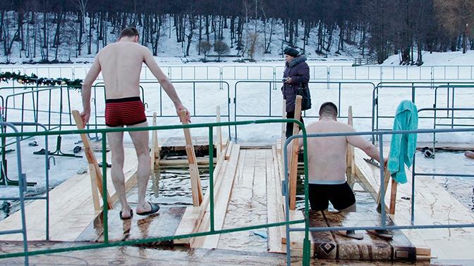 В Минздраве РФ рассказали, как правильно окунаться в прорубь на Крещение