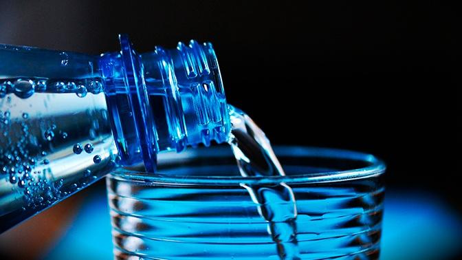 Врач объяснила опасность минеральной воды