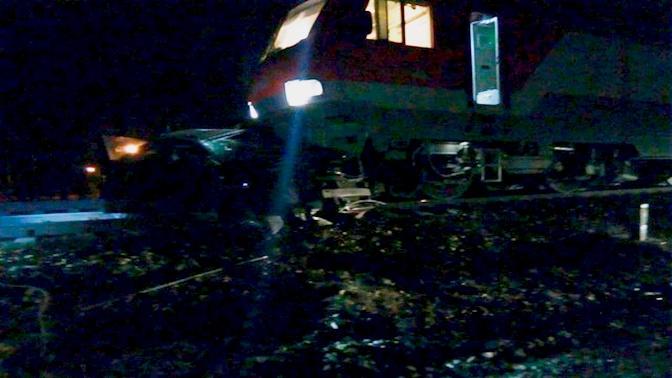 Поезд снес легковушку на переезде в Подмосковье: есть жертвы