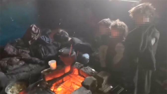 Живут в «заброшке», готовят на костре: страшная история отца с 4 детьми из Читы