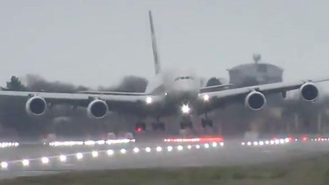 Завис в воздухе: опубликованы кадры экстремальной посадки самолета во время шторма