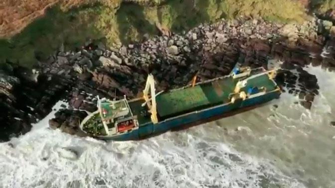«Корабль-призрак»: к берегам Ирландии прибило таинственное судно без экипажа