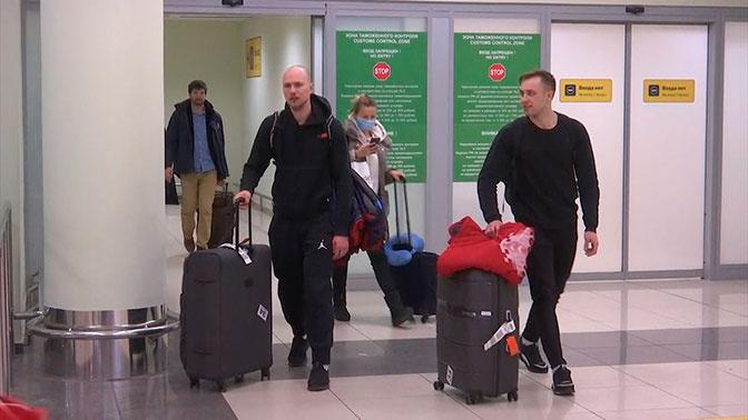 Возвращение триумфаторов: российские конькобежцы прилетели в Москву после ЧМ