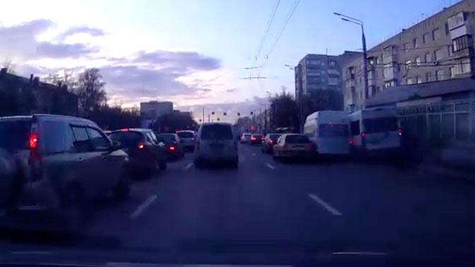 Двойной форсаж: маршрутки устроили ДТП, борясь за место на остановке