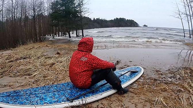 Серфер «поймал волну» в затопленном лесу Ленобласти: видео