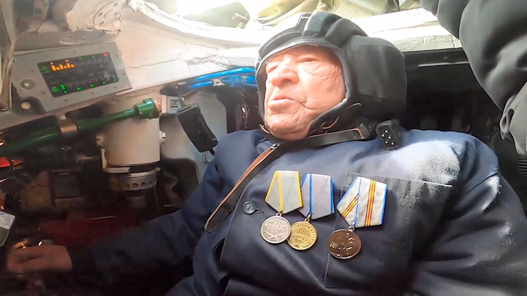 Как в победном 1945-м: ветеран ВОВ вновь сел за рычаги танка