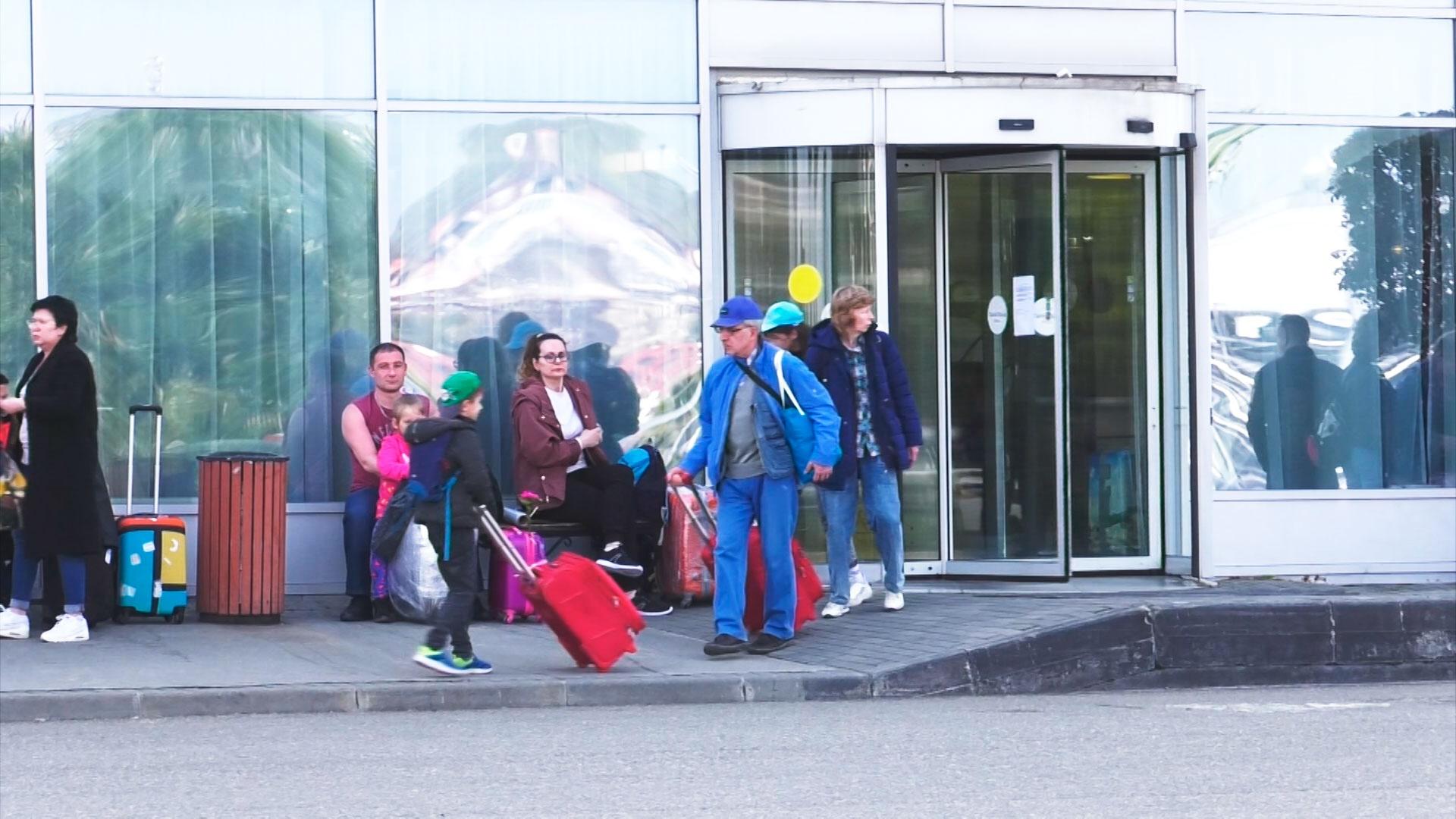 «Обещали не выгонять, но выгнали»: в Сочи туристов начали выселять из отелей