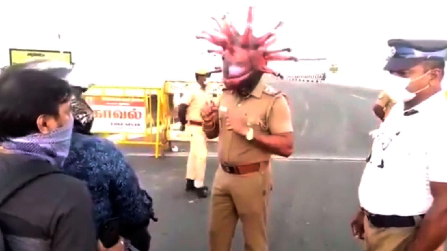В Индии полицейские в масках коронавируса призвали жителей остаться дома