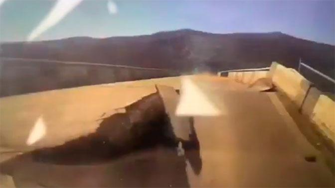 Момент обрушения моста с автомобилем в Приморье попал на видео