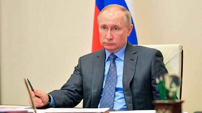 В Кремле объяснили отставание часов на руке Путина