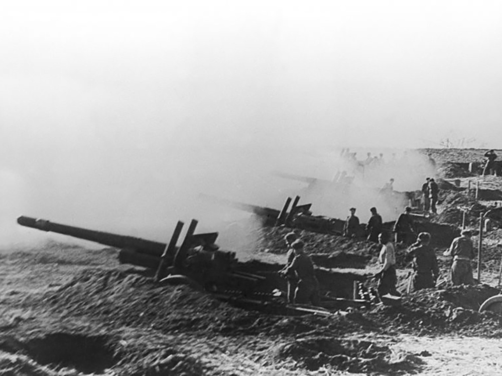 Батарея советских 152-мм гаубиц-пушек обр. 1937 МЛ-20 ведет огонь по противнику во время боев за Данциг