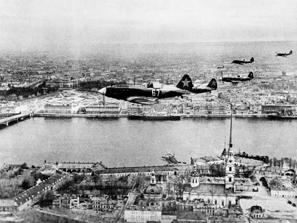 Истребители МиГ-3 из состава 7-го истребительного авиакорпуса ПВО г. Ленинграда пролетают над Петропавловской крепостью