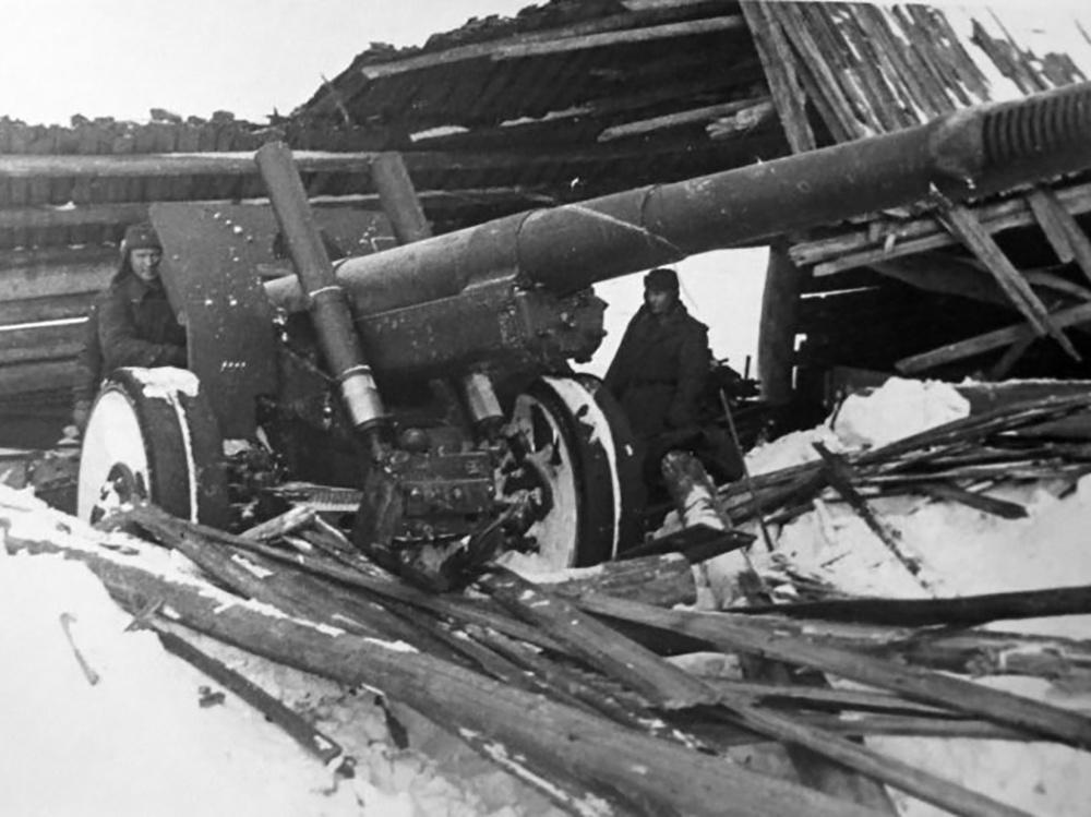 Советская 152-мм гаубица-пушка МЛ-20 из состава гвардейской части командира Гришина, замаскированная в разрушенном сарае. Калининский фронт.