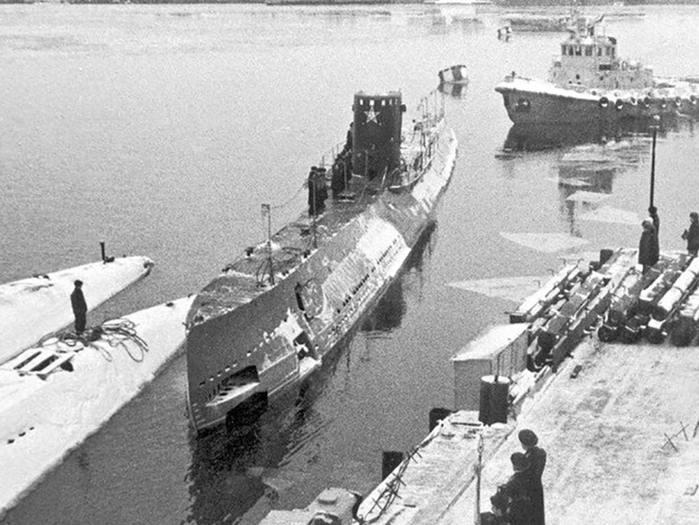 Подводная лодка Д-2 уходит в свой последний поход из Кронштадта в Ленинград. 1987 г