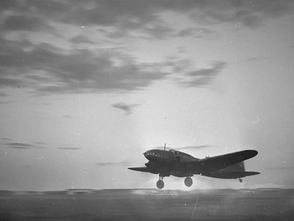 Взлетающий бомбардировщик Ил-4