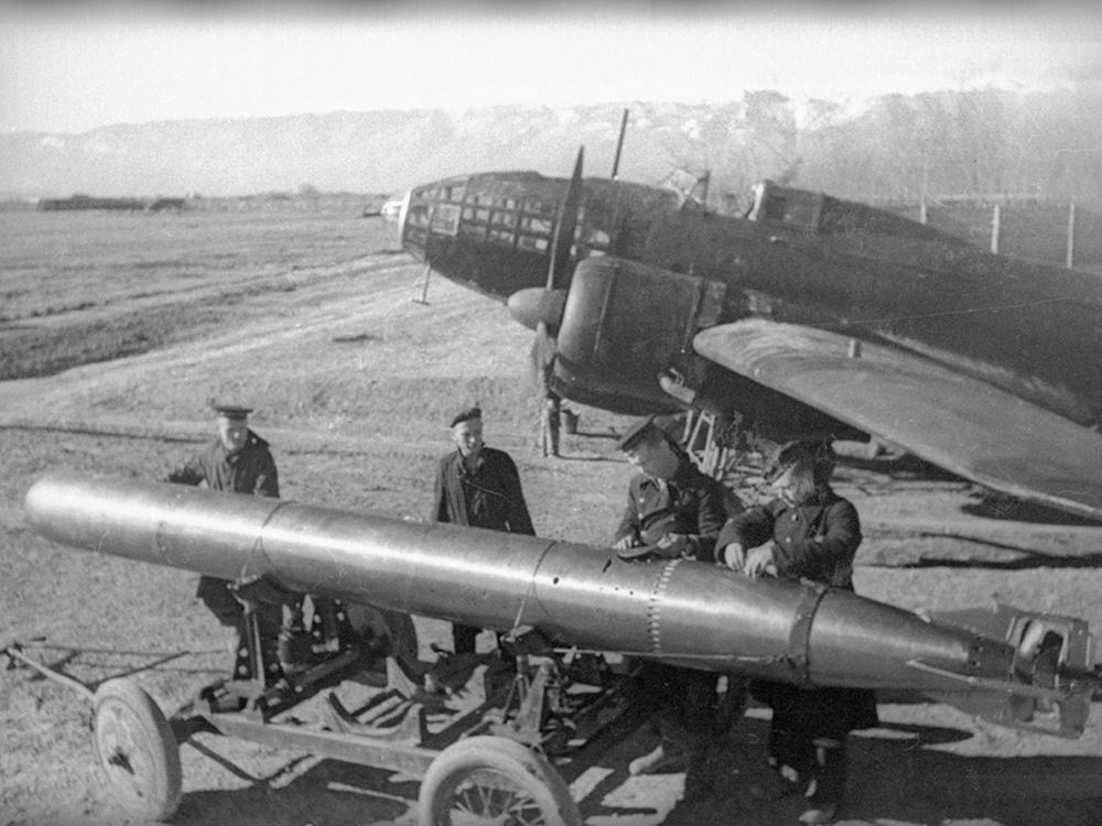 Авиационная торпеда 45-36АБ на фоне самолета ИЛ-4