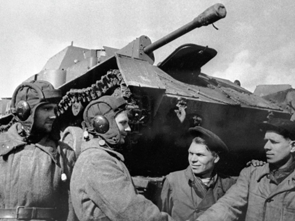 Великая Отечественная война 1941 - 1945 гг.Рабочие завода №38 города Киров передают самоходные артиллерийские установки