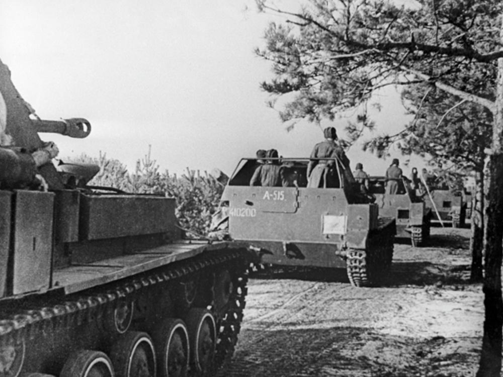 4.Вторая мировая война 1939-1945 гг.Восточно-Прусская наступательная операция советских войск.Колонна советских самоходных артиллерийских установок СУ-76М движется в направлении Берлина.