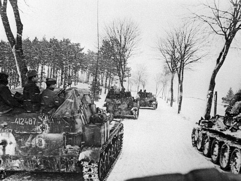 Великая Отечественная война 1941-1945 гг.Восточно-Прусская наступательная операция.Подразделение самоходных установок СУ 76-М из состава войск 2-го Белорусского фронта на марше под Кенигсбергом. 1945 год.