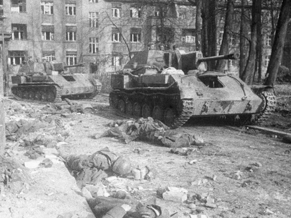 Советские самоходные орудия на улицах Кенигсберга во время Великой Отечественной войны.
