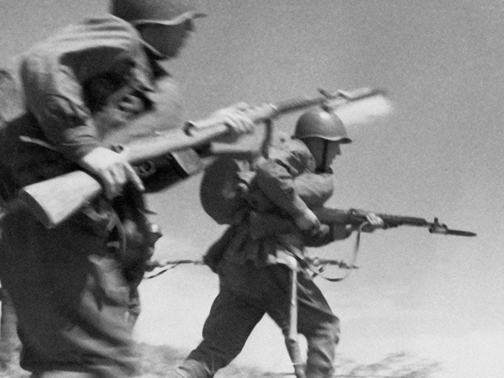 Солдаты Красной Армии идут в атаку.