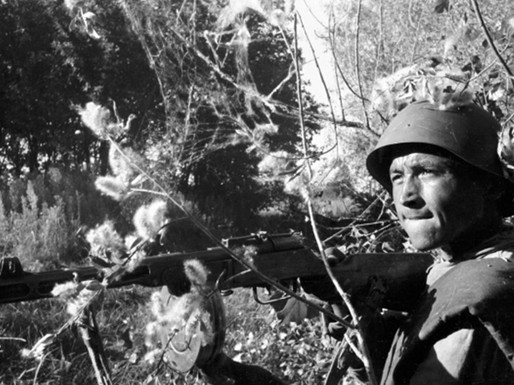 Боец Тойли Атаджанов в бою на подступах к Сталинграду.