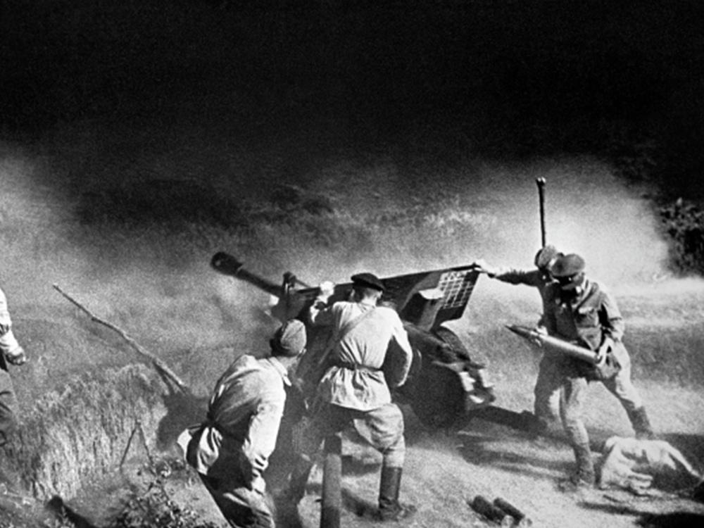 Артиллерийский расчет ведет огонь по врагу. Северный Кавказ.
