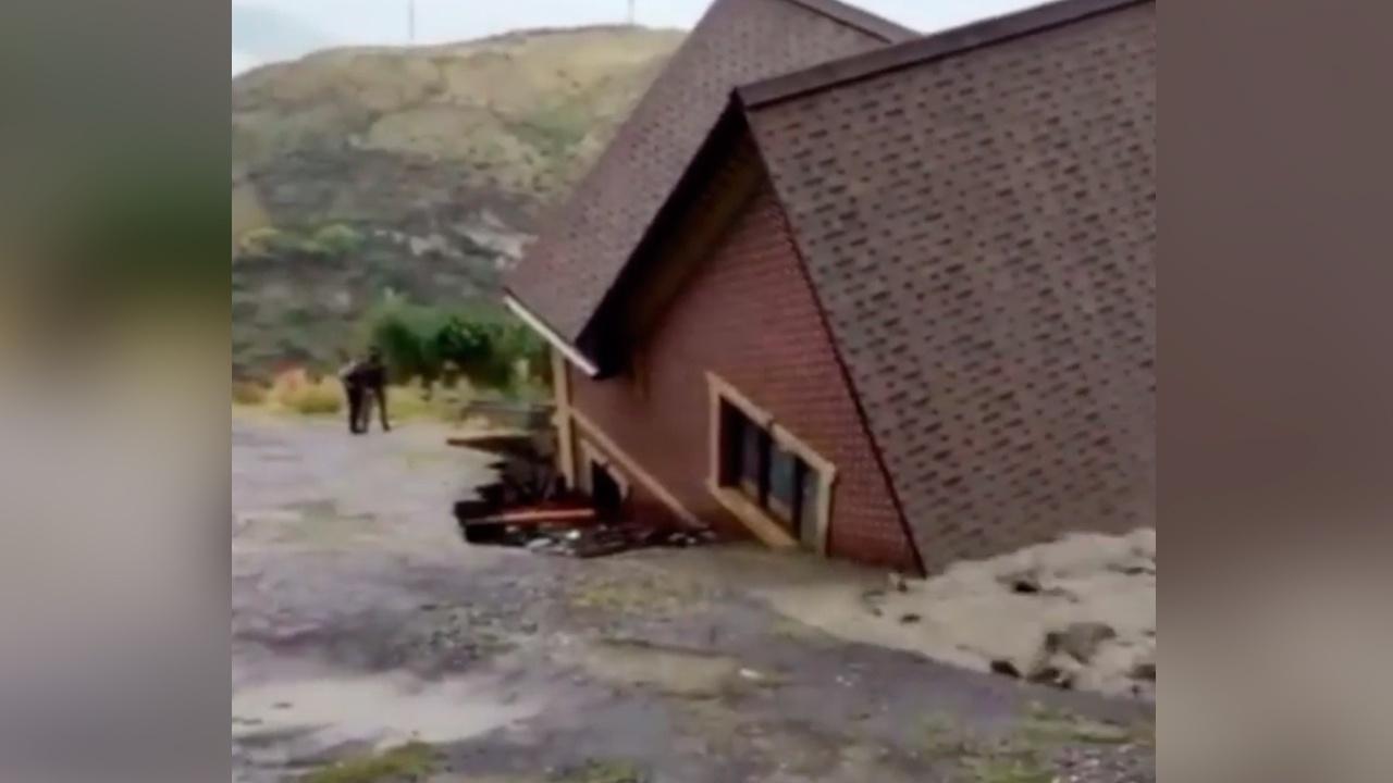Снесло жилой дом: кадры последствий сильных ливней в Дагестане