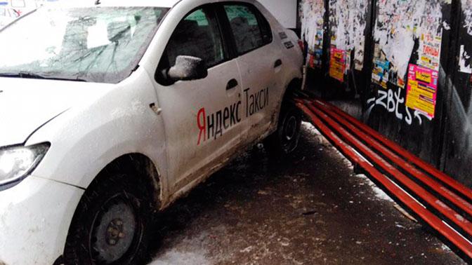 ВПерми под следствием таксист, протаранивший остановку слюдьми