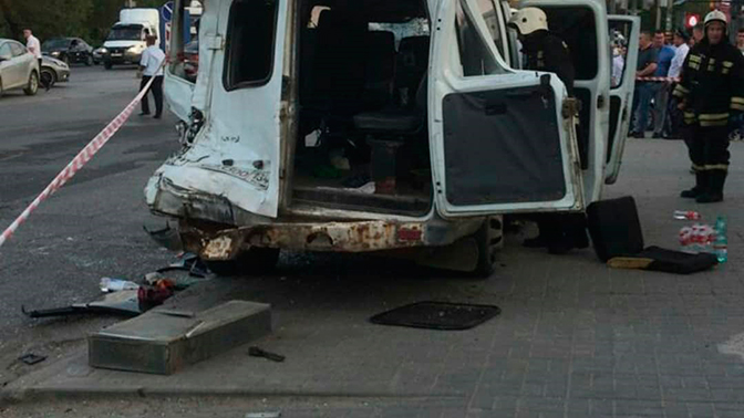 ВВолгограде грузовой автомобиль смял маршрутное такси 15С: 13 человек ранено